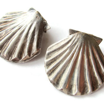 Vintage sterling silver shell clip on earrings. Scallop shell classic design. Clipon earrings. 1940s.  #175.