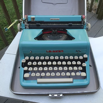 1957 Vintage Royal Quiet de Luxe Portable, Manual Turquoise Typewriter with Tweed Case, Working Condition with Ribbon, Vintage Typewriter
