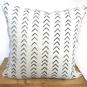 18 Inch White African Mud Cloth Pillow Cover with Mini Black Arrow Pattern