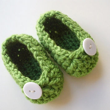 Crochet baby booties shoes ballerinas pregnancy announcement green white button style for newborn to 3 months soft hand made photo prop