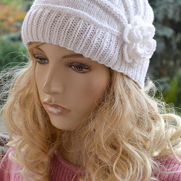 knitted white cap/hat with flower