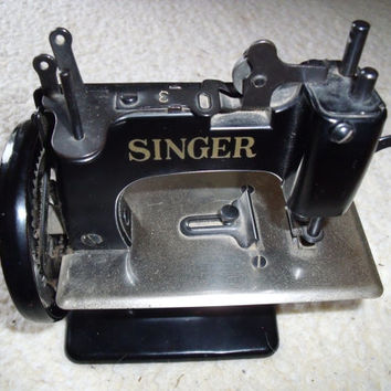 Vintage Singer Sewing Machine SEWHANDY Model Number 20 Cast Iron Miniature Toy Salesmans Sample