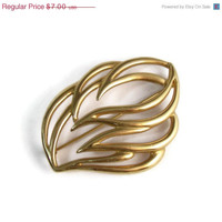 SALE 10% OFF Vintage MONET Gold Tone Leaf Abstract Brooch Pin Perfect Vintage Condition Spring Wear Summer Sun Shine Gold Flower