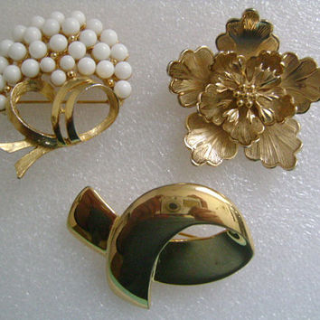 GIOVANNI, CAROLEE & Unsigned Lot 3 Piece of Vintage Gold Tone Plastic Flower Bow Brooches/Pins Vintage Jewelry Accessories Circa 80's / 90's