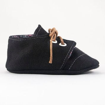 Canvas Brogue Wingtip Lace-Up Baby Crib Shoes // Black { 0-3 mon } << LAST ONE >>   Chariots Afire  