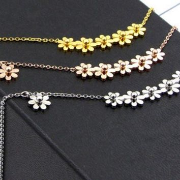 Diasy Fashion and simple 6 small chrysanthemum titanium steel necklace female temperament 18K rose gold collarbone chain ornaments do not fade.