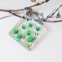 Real Flower Resin  Necklace- Pressed Flowers Jewelry, Botanical Jewelry, Baby's breath Flower Jewelry,Green flower Encased in Resin