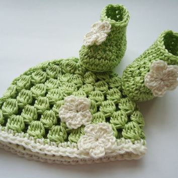 Crochet preemie set (2x), premature set of beanie and booties, tiny size for newbaby with flower application - Up to 30 weeks
