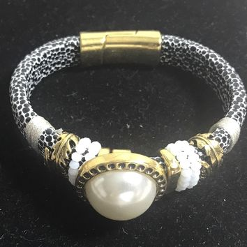 Laura Janelle closed fashion bracelet Black White Pearl Center