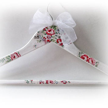 Bridesmaid Hanger Floral Bridal Hanger Spring Dress Hanger Personalized Bride Hanger Maid of Honor Gift Bridal Shaower Spring Wedding