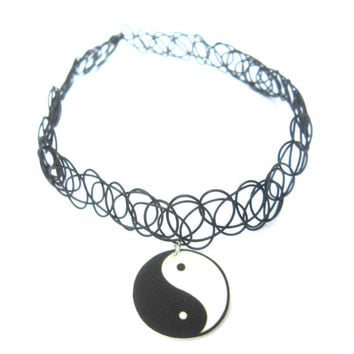 yin yang tattoo choker, black and white, grunge, 90s girl