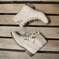 all about that sass womens bootie in sand