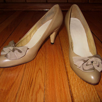 VINTAGE /// Tan Leather Heels with Bow