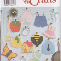 Decorative potholder pattern with 11 variations designed by Heigl & Nordstrom butterfly, Sunbonnet Sue, cottage, bee Simplicity 9220 UNCUT