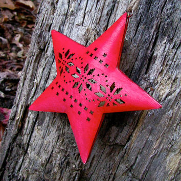 Red Wood Star Decoration with Snow Flakes / Scandinavian Christmas. By studioLISE.