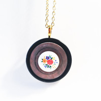 FALL FOLK VINTAGE: Colorful Flowers Cameo Necklace.