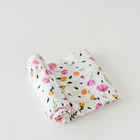 LITTLE UNICORN COTTON SWADDLE - BERRY AND BLOOM