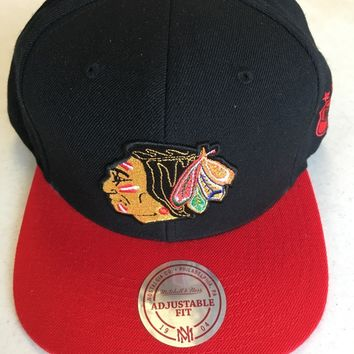 MITCHELL & NESS CHICAGO BLACKHAWKS BLACK RETRO LOGO FLAT BRIM SNAPBACK HAT