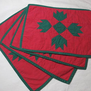 1960s Vintage Set of 4 Hand Quilted & Pieced Place Mats in Red and Green Bear Claw Pattern, 16.5 x 12 In., Vintage Table Linens, Home Decor