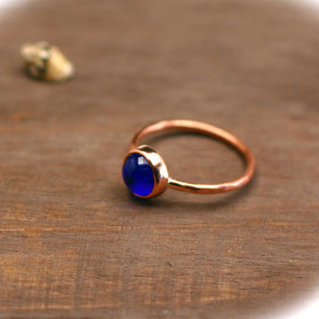 Copper band ring with glass cabochon ultramarine blue - Copper jewelry - Minimalist style ring