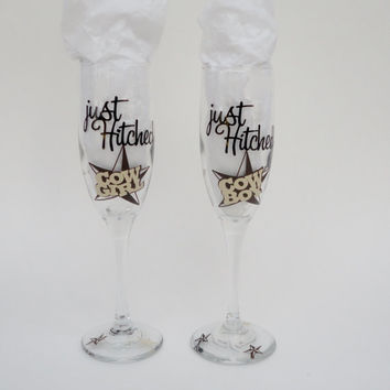 Toasting Glasses, Bride and Groom Champagne Flutes, Wedding Gift, Gift For Bride, Western Theme, Glasses With Vinyl,  Cowboy and Cowgirl