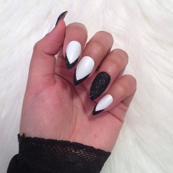 Hand painted ~ Press on nails ~ White nails ~ Black nails ~ False nails ~ Stiletto nails ~ Stiletto false nails ~ Fake nails ~ Matte nails