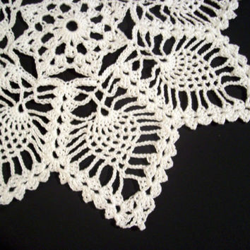 Handmade 8-point star and pineapples doily