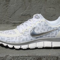 WMNS NIKE FREE 5.0 V4 WHITE METALLIC SILVER WOLF GREY 511281 100 $100  - ONENESS