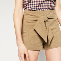 BERMUDAS WITH BOW DETAIL