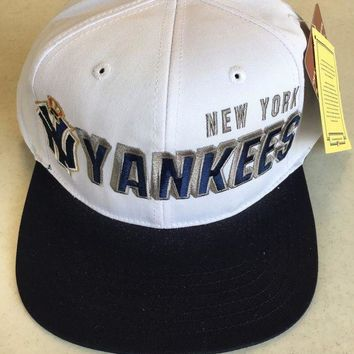 DCCKIHN AMERICAN NEEDLE NEW YORK YANKEES RETRO WHITE AND NAVY FLAT BRIM SNAPBACK HAT
