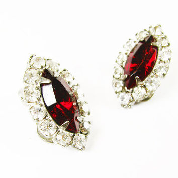 Vintage Ruby Red Rhinestone Earrings, Marquise Clip Ons / Vintage Wedding Jewelry - Boucles d'Oreilles Strass.