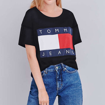 afed68f2 UO Exclusive Tommy Jeans Cropped Square Black T-shirt - Urban Outfitters