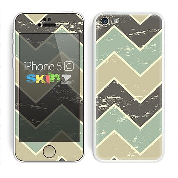 The Vintage Tan & Green Scratch Tall Chevron Skin for the Apple iPhone 5c