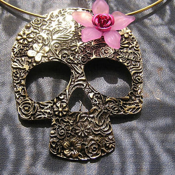 Day of the Dead Big SkuLL Pendant Choker Necklace 15 inch neck wire 3 inch goldtone skull purple pink flower