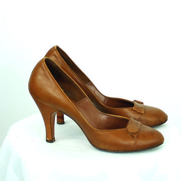 1940s shoes, 40s high heels, caramel brown, button accent, leather pumps, Size 8