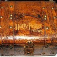 Harry Potter and the Chamber of Secrets (2002), Slytherin Student Trunk/Chest (Promo) with complete Contents, other replicas