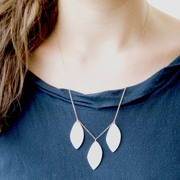 A s t r i d - Feminine necklace - White porcelain & gold filled chain - Stylized leaves - Canopee Collection