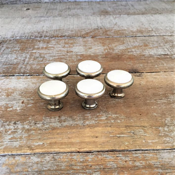 Vintage Knobs 5 Stainless Steel and White Plastic Knobs Cabinet Door Pulls Dresser Knobs Pulls Silver Knobs Home Improvement Cottage Chic