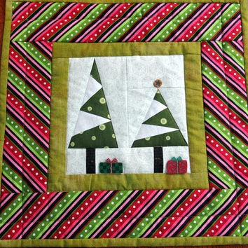 MINI QUILT/Little Tree Quilt/Table Topper/Holiday Mini Quilt