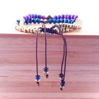Indigo and gold beaded friendship bracelet // indigo wooden beads // matte gold seed beads // gold etched focal bead // adjustable slip knot