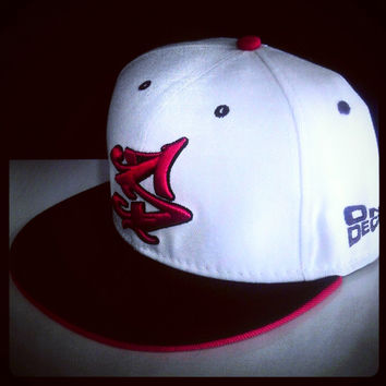 S LOGO SNAPBACK IN WHITE/RED