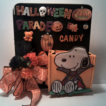 SNOOPY HALLOWEEN DECORATION Peanuts Halloween Fun Wall Hanging Snoopy Trick Or Treat Mini Bag Wall Decor Shadow Box with Witch Face On Bow