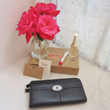 Vintage Fossil black leather zipper wallet with keyhole silvertone metal hardware