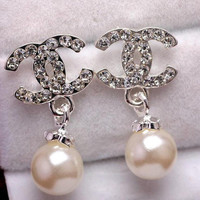 Fashion imitation diamond pearl catwalk CC letter buckle earrings