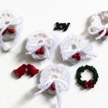 Christmas applique, crochet wreath, wreath decoration, white. Free sample available.