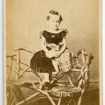 CDV Carte de Visite Photo Victorian Cute Little Girl, Pretty Dress Tartan, Portrait - Islington London - Antique Photograph 1870