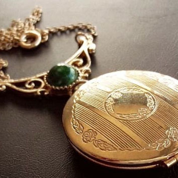 "Sarah Coventry Locket Pendant Necklace Green Jade Cabochon Gold Etched Metal Vintage 18"" VG"