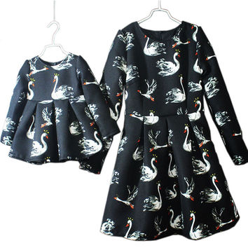 2016 Autumn Matching Mother and Daughter Long Sleeve Princess Dress Swan Printing Dress Ball Gown A-line Mom and me Dress Outfit