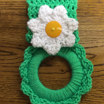 Daisy kitchen towel hanger, towel holder, gift idea, party a or, game prize, hand crochet towel hanger, door prize, Easter gift, handmade