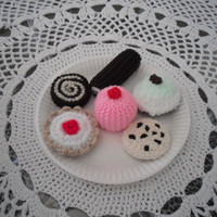 Toys/food/knitted. Playfood,  pretend cakes, toy food, teaparty, six cakes and cookies, american girl doll food , six cakes.